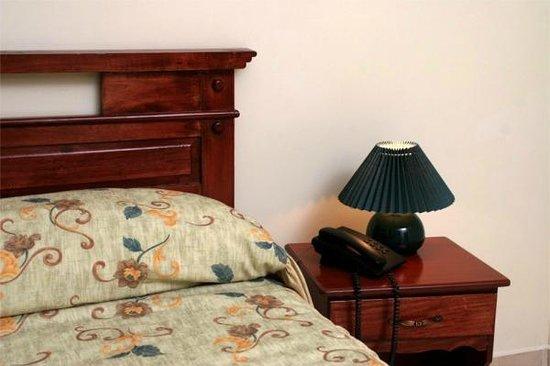 Hotel Residencial Cervantes: Cama queen