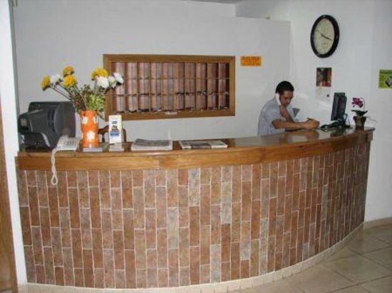 Hotel Residencial Cervantes: La recepción del hotel, el personal ¡siempre listo para atenderle!