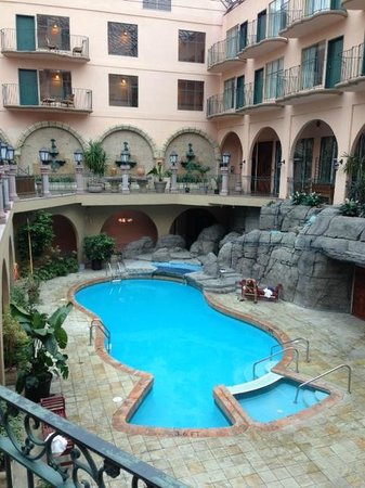 Pacific Inn Resort and Conference Centre: Atrium / Pool