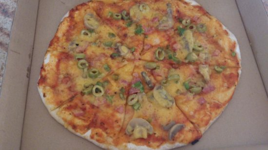 Surfers Beach Restaurant : Hawaiian Pizza without pineapple instead of 4 seasons with extra beacon