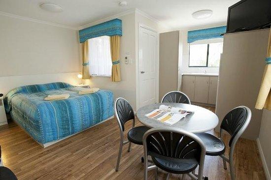 BIG4 Beachlands Holiday Park : Studio Ensuite Cabin living area