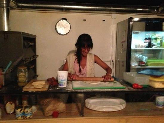 ستاي إن بيرفوت كونديسا: One of oyr guests helping the chef with a pizza.