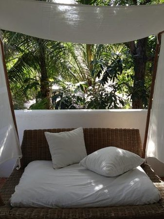 Boracay Beach Resort: day bed at the balcony