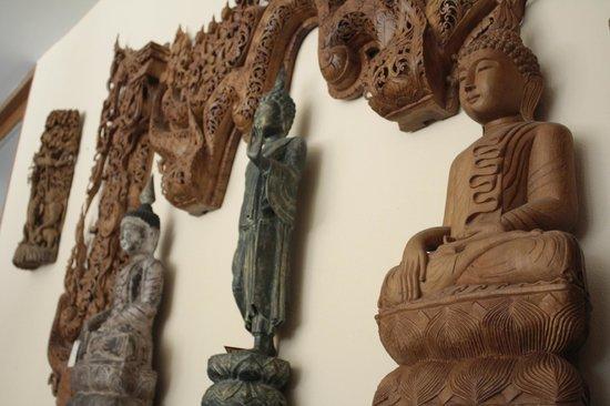 Roong Ruang Hotel: Buddha at lobby