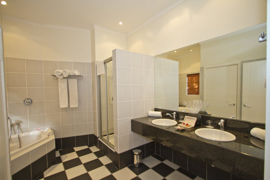 Hlangana Lodge: The well appointed bathrooms are fitted with bath and shower.