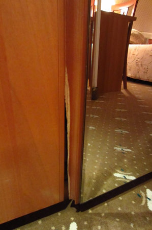 Best Eastern Astana International Hotel: Сломанная мебель