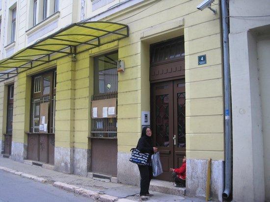 Travellers Home Hostel: Travellers home, entrance door