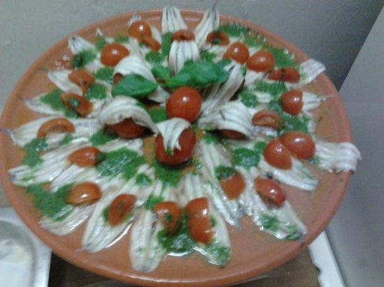 Associazione l'Edera: acciughe alla salsa di basilico con pomodorini canditi
