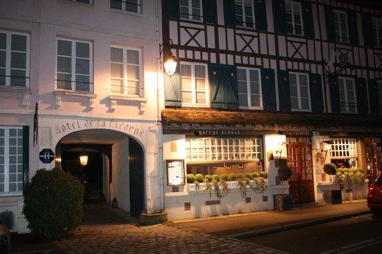 Hotel La Licorne : Entrée principale de nuit