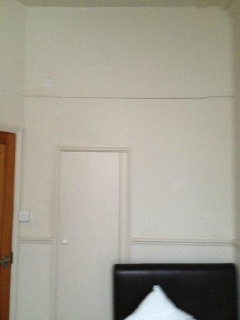 เดอะท็อปแฮมส์ โฮเต็ล เบลเกรเวีย: No decorations / pictures etc. Just a big crack. Bed gets in the way of door to bathroom / cupbo