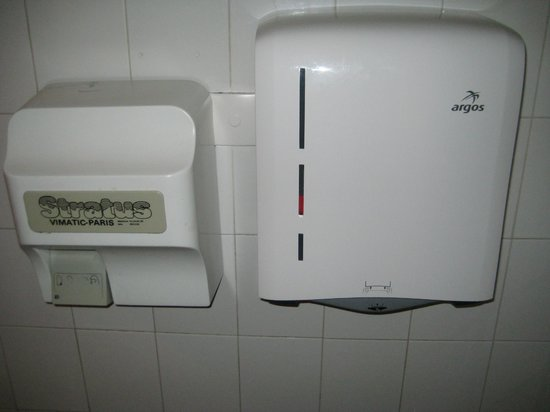 Club Med Tignes Val Claret: Ski room toilet, drier not working, no paper towels.