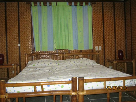 The Greenhouse (Boracay Beach House): Bedroom-simply and comfortably.