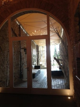 Castello di Montignano Relais & Spa: dal ristorante si può andare nel borgo di cui fa marte il castello