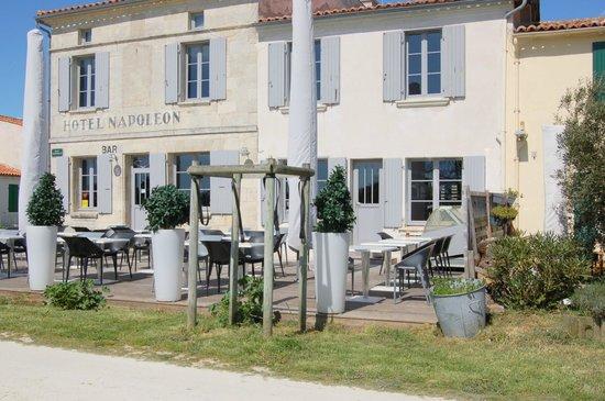Hotel Napoléon : La terrasse du restaurant Joséphine devant l'hôtel.