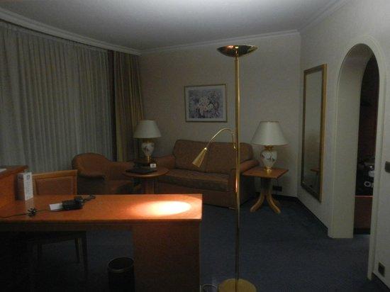 Ambassador Hotel Bosten: salottino camera