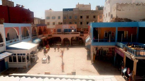 Chez Mermoz : La place Chrib Attaï (le Mermoz à gauche)