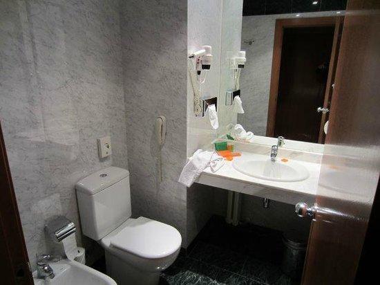 NH Valencia Las Artes : Badezimmer