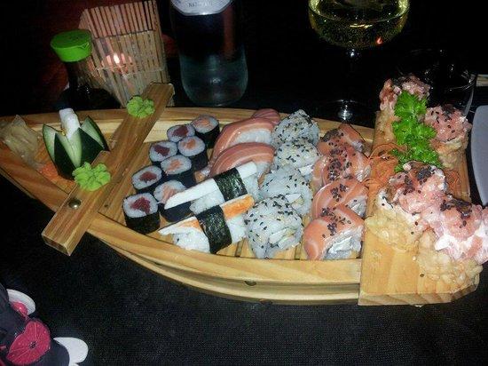 Moroboshi Siracusa: barchetta di 20 euro con sushi misto...