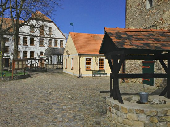 Wasserburg zu Gommern: Burghof mit Blick auf das Hotel