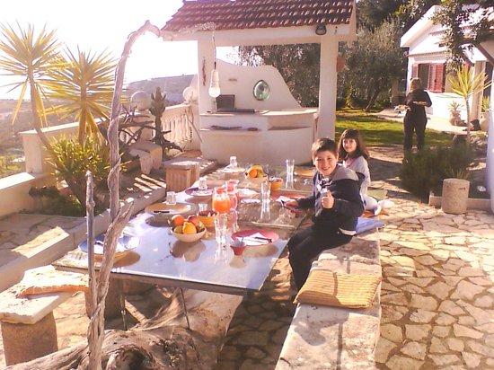 Residenza Collina Dei Pini : la colazione all'aperto, in un bel mattino di sole, vale cmq