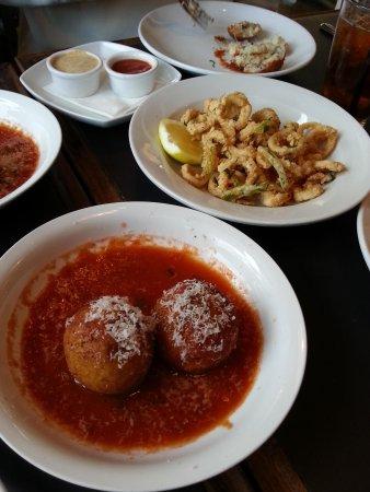 Stella's Restaurant Pizzeria: arancini balls and calamari