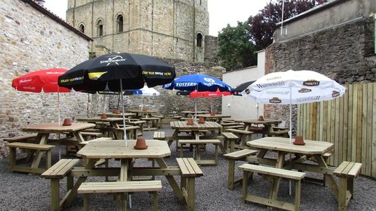 The Bishop Blaize : 80 SEATER CASTLE VIEW BEER GARDEN