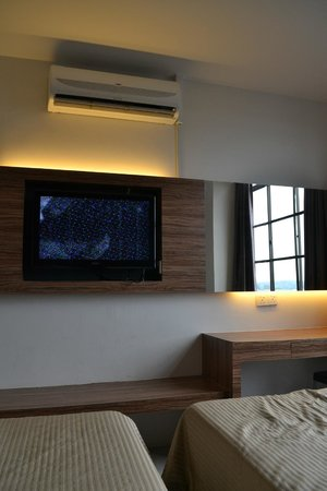 Nagaria Inn: The TV and air-conditioning