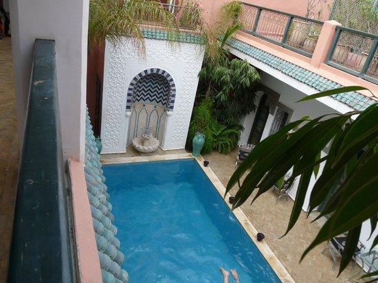 Riad Dar Alfarah: piscina