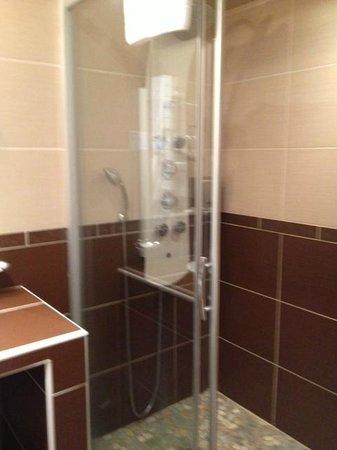 Le Dauphin Blanc : Cabine de douche italienne