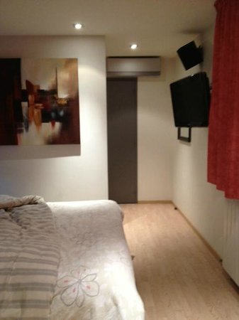 Le Dauphin Blanc : Chambre, et couloir de dégagement allant à la sdb (pas de tête de lit mon mari était dedans lol)