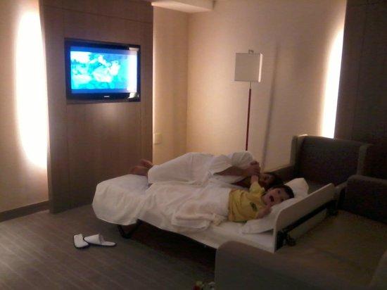 InterContinental Sao Paulo: Esta é a sala onde acomodam a cama extra para as crianças, eu só tenho 1 mas acomodaria 3 tranqu