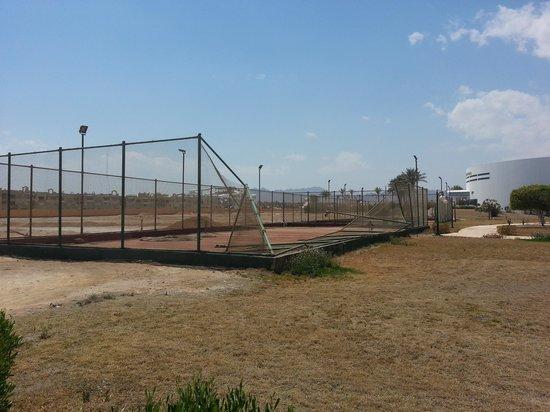 Sun Hotel Raouf: i campi da tennis rovinati