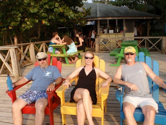 Las Rocas Resort & Dive Center: Hanging in the Adirondack chairs..