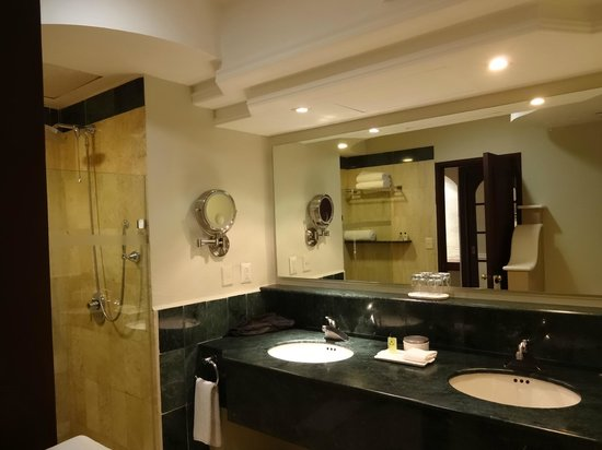 InterContinental Presidente Merida: The spacious bathroom