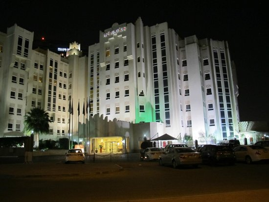 Movenpick Hotel Doha: Hotel at night