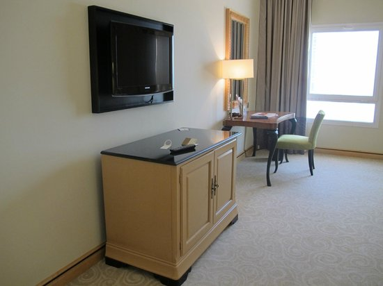 Movenpick Hotel Doha: Tv and room