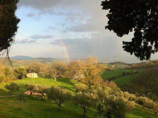 Castello di Petroia con arcobaleno