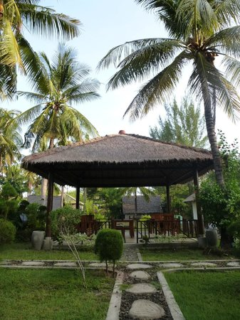Tunai Cottages: the garden and our breakfast area