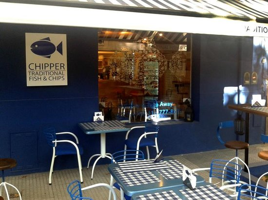 Chipper Traditional Fish and Chips: Vista desde la vereda