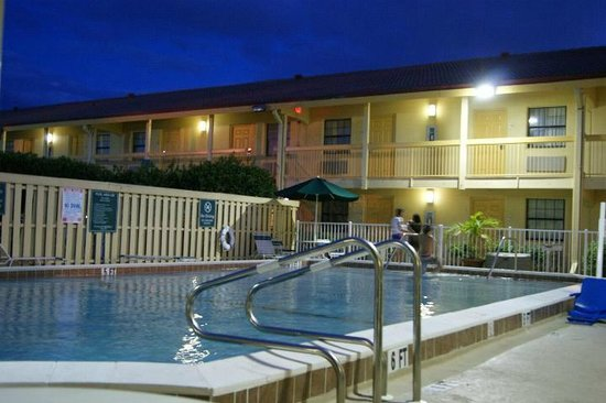 La Quinta Inn Fort Myers Central: The outdoor swimming pool