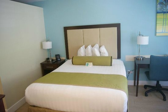 Silver Palms Inn: Queen size bed area