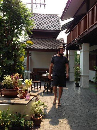 Baanlek Home Stay: Courtyard