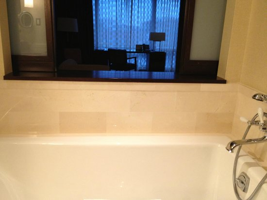 InterContinental Boston: tub & sliding wall