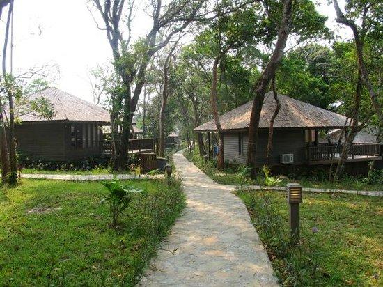 Media Luna Resort & Spa: Cobblestone path