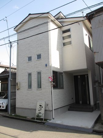 Guesthouse Ochakare: Hostel as seen from alley.