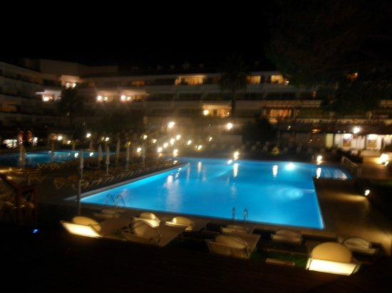 AquaLuz Suite Hotel: nighttime poolside.