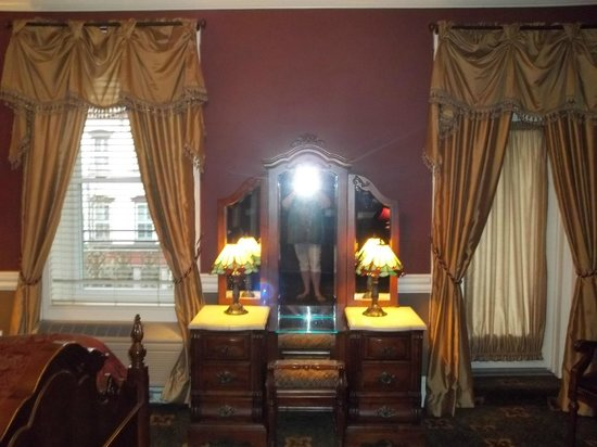 Inn at Jim Thorpe: lovely little make up mirror/table