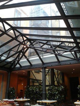 Hotel Alba Palace: El espacio del comedor, con su cubierta de vidrio. Se ve también el ascensor transparente.