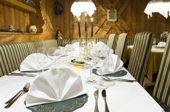 Restaurant Rotwand: parecchiato con amore nella Stube Tirolese- liebevoll gedeckt in unseren Südtiroler Stuben