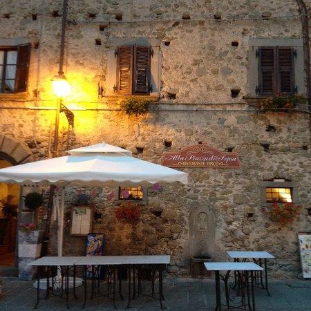 Alla Piazza di Sopra: cenare in piazza alla sera....